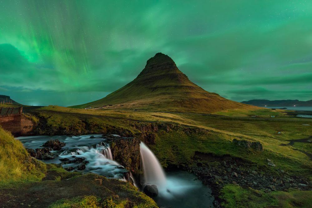 horizonte de montaña con aurora boreal