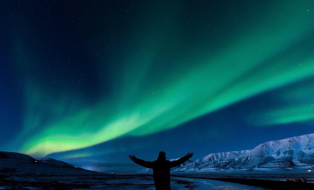 Montaña nevada con aurora boreal Islandia