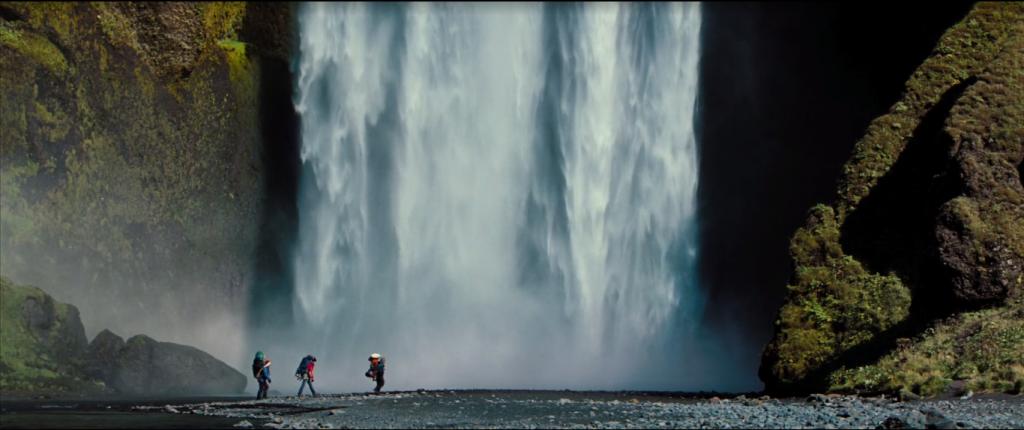 Sherpas y Walter cruzando por delante de Skógafoss - viajar a islandia