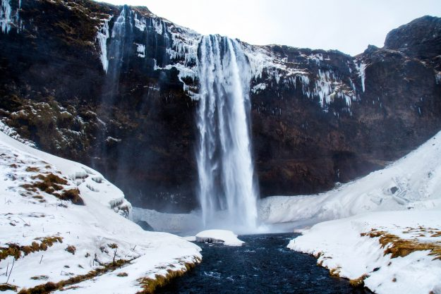 Viajar a Islandia en Invierno. Paisajes de cascadas heladas