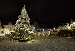 Viajar a Islandia en invierno. Noche nevada con árbol de navidad