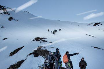 Grupo de personas con guía en la montaña