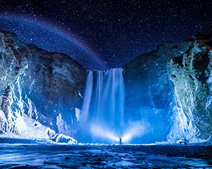 Skogafoss de noche iluminado