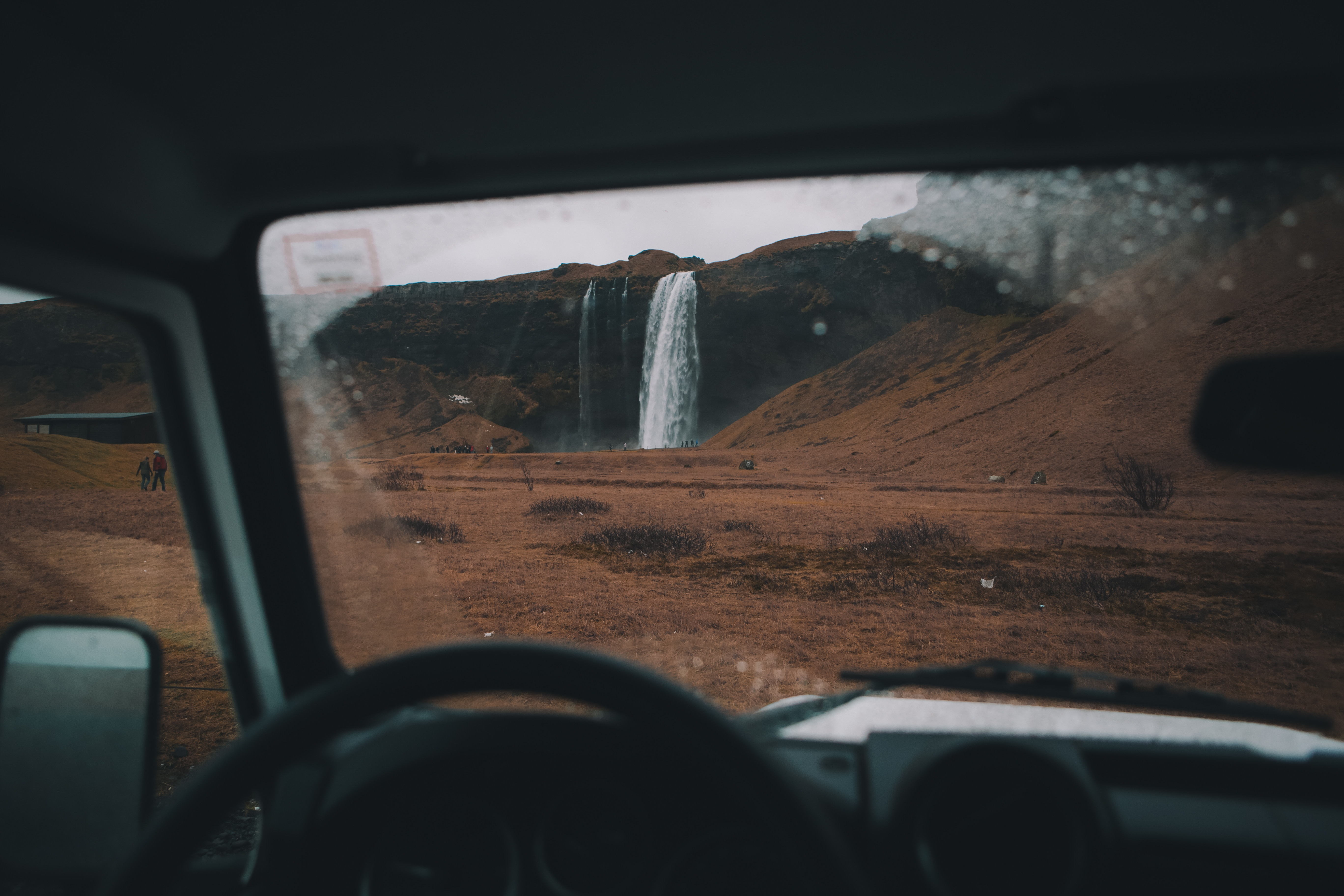 Catarata en Islandia desde el coche