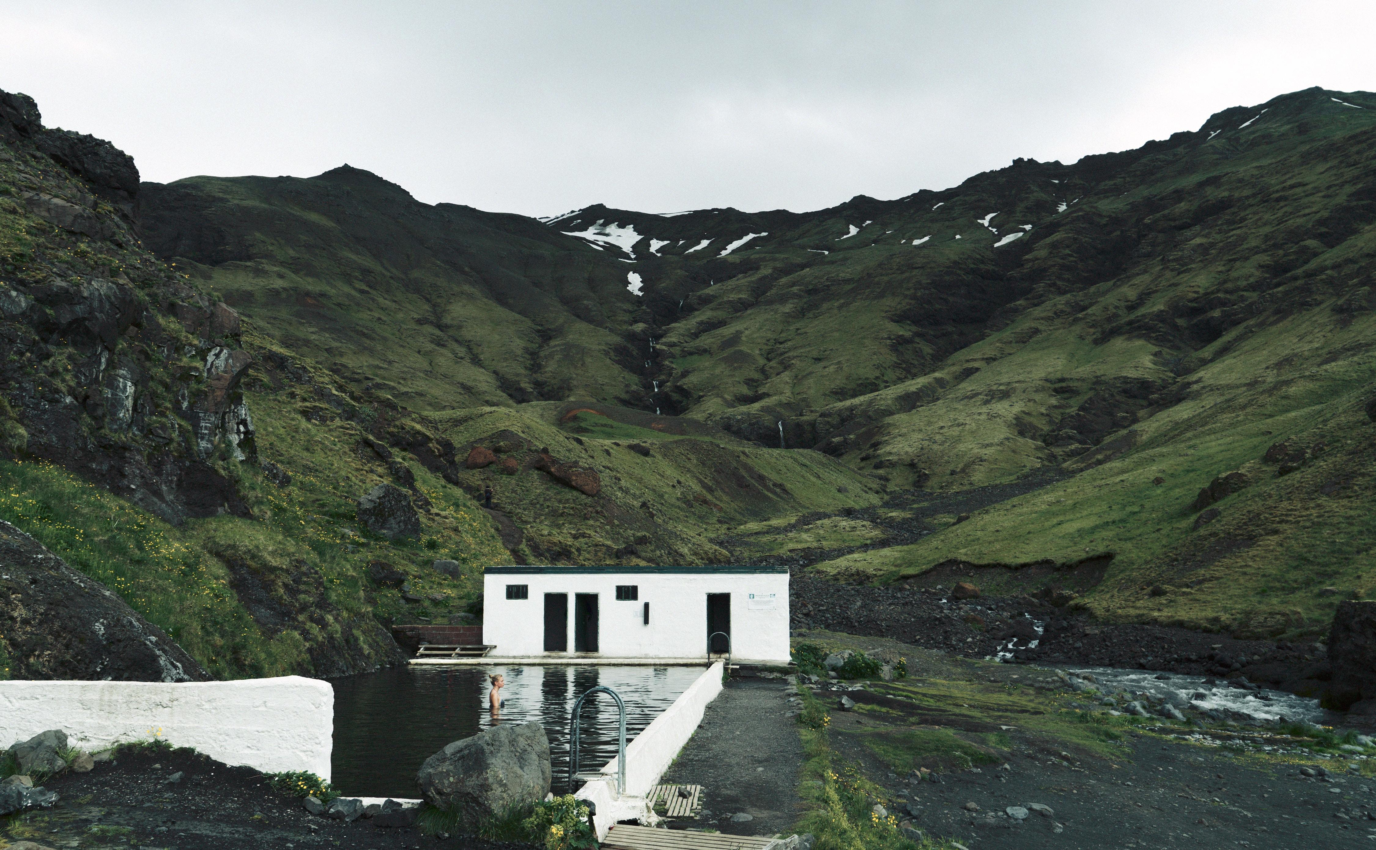 La piscina de aguas termales de Seljavallalaug es la más antigua de Islandia