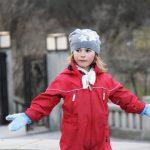Noruega en invierno. Niña con chaqueta roja