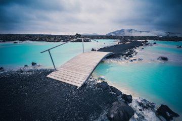 Puente en el Blue Lagoon Islandia