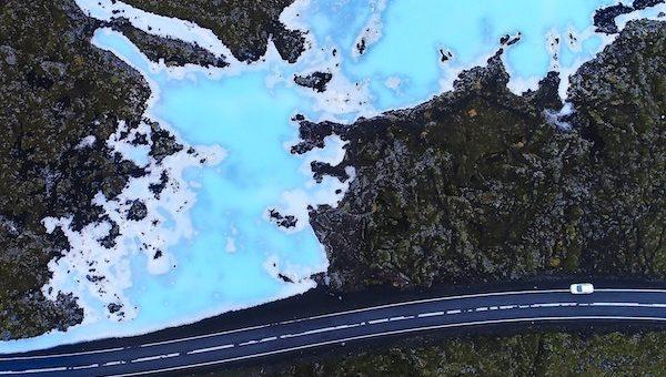 Vista de dron de la Laguna Azul Islandia