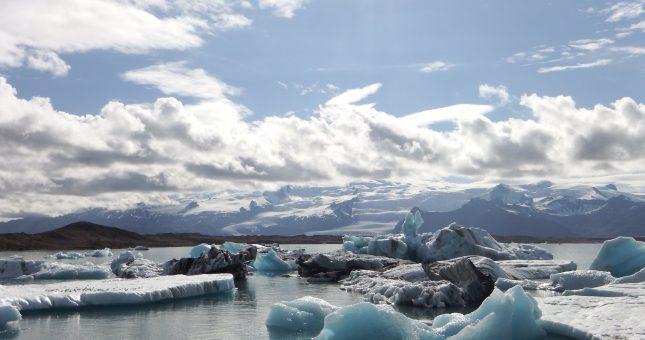 Icebergs flotando en Islandia