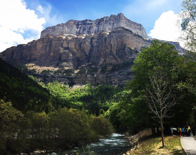 Senderistas en fraucata Ordesa y rio Arazas