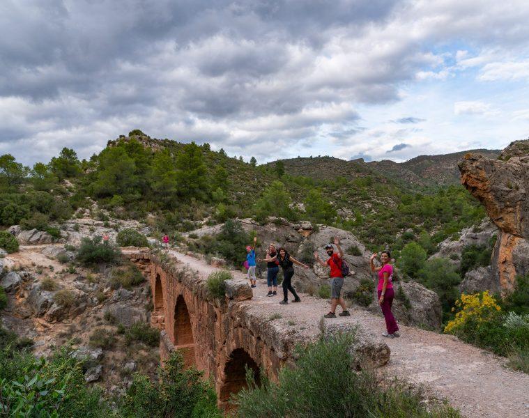 Grupo de yoga haciendo senderismo - Valencia